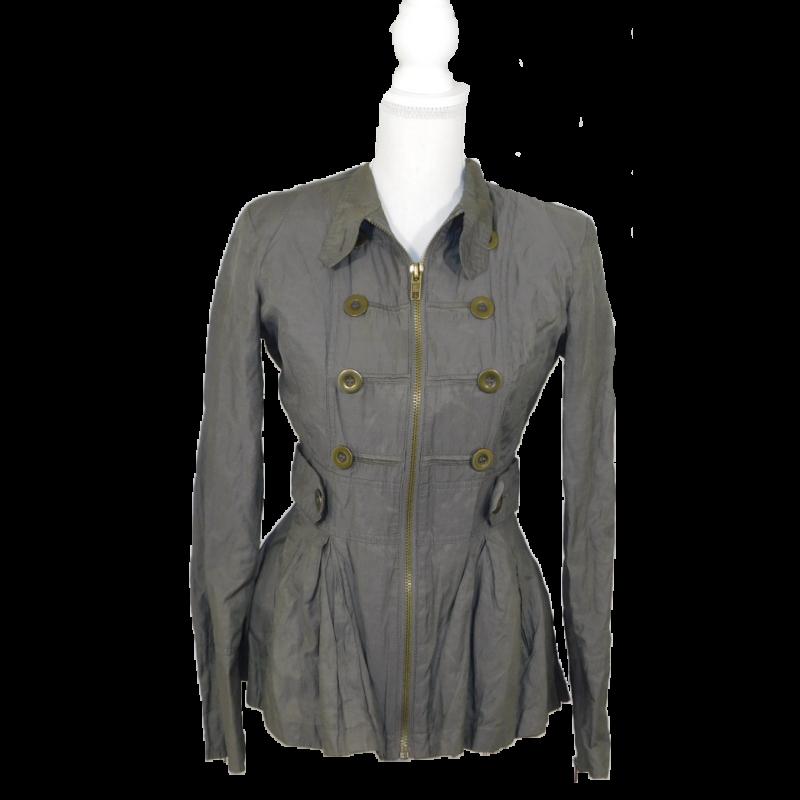 Khaki színű, felül és derékban szűkebb, alul bővülő, fényes anyagú kabát, álló nyakkal, duplasoros díszgombokkal. Cipzárral záródik