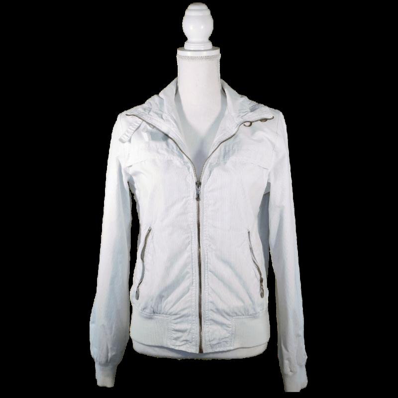 Fehér, sportos, vékony dzseki, sötétkék hajszálvékony csíkokkal, kötött passzérésszel. Cipzárral záródik.