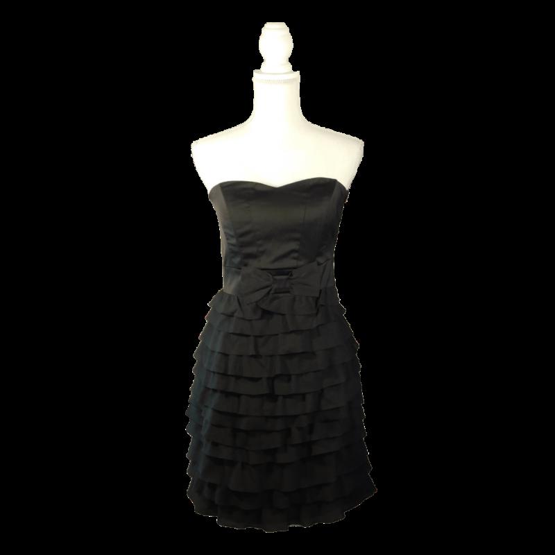 Fekete, pánt nélküli ruha, alja fodrokból áll, oldalán masnis dísz, oldalt cipzárral záródik