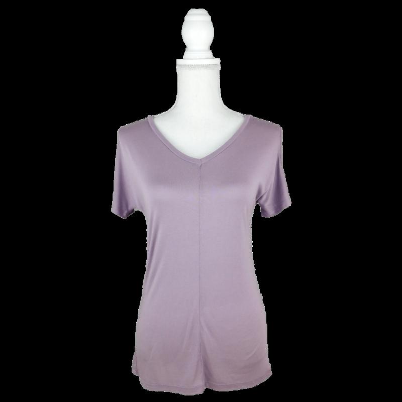 Halványlila, V-kivágású, vállain nyitott, egyenes szabású póló